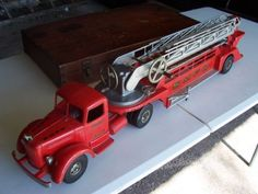 Vintage-Smith-Miller-LF-Mack-Toy-Ladder-Fire-Truck-excellent condition