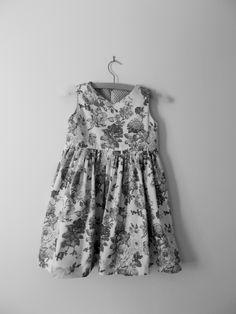 monochrome photo of this pretty dress