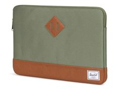 Herschel Heritage sleeve 15-inch MacBook Pro Deep Lichen Green SHOP ONLINE: https://www.purelifestyle.be/technology/mac/accessoires/beschermhoezen/macbook-pro-15-inch/herschel-heritage-sleeve-15-inch-macbook-air-pro-deep-lichen-green.html