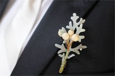 #winter wedding: berry boutonniere