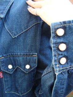 "> ¡Mirá quién llegó! ¡Nuestra primera #LEVIS! ¡Dale la bienvenida con un ""Me Gusta""! #Camisa de #Jean #Levis T.XS con expandex Ancho de hombros: 34 cm Largo de manga: 62 cm ¡Rebajada por falta de etiqueta! $200 Jeans Capri, Levis, Manga, Sweater Vests, Shirts, Manga Anime, Squad"