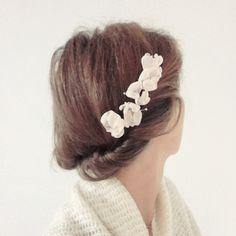Peigne fait de délicates fleurs japonisantes que nous réalisons à la main. Sidonie Lemaitre