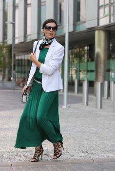 2c6f84ef025142 Sposób na zieloną sukienkę - Minimalissmo. Blog modowyzielona sukienka  dodatki #greenery #greendresses #dresses #elegant #whiteblazer  #transparentbag ...