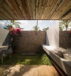 casa itacaré | projeto: studio mk27 | banheiro com jardim aberto para o exterior