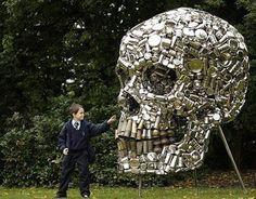 Subodh Gupta design    Si tratta di un teschio gigante fatto solamente dagli utensili da cucina riciclati. La scultura è stata realizzata dall'artista indiano Subodh Gupta.