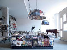 Werner Aisslinger werd geboren in 1964 en woont en werkt in Berlijn. Hij maakt graag gebruik van de nieuwste technologie en heeft eraan bijgedragen de designwereld kennis te laten maken met nieuwe materialen en technieken. Voorbeelden daarvan zijn unieke gelmeubels uit de collectie 'Soft Cell' en het bankstel 'Soft' voor Zanotta in 2000. Aisslinger creëerde het eerste Duitse stoeldesign dat geselecteerd werd om permanent tentoongesteld te worden op de MoMA in New York sinds 1964. Daarbij…