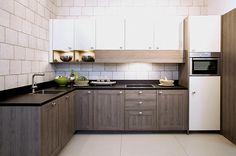 Hoekkeuken met bovenkasten. De houten fronten gecombineerd met de vanille bovenkasten geven de keuken een speels effect.