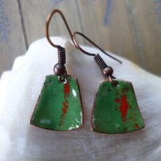 Boucles d'oreilles  -  émaillées sur cuivre, vert et rouge