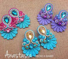 Más opciones para nuestras #anastasialovers #moda #accesorios #collar #maxicollar #necklace #hechoenvenezuela #handmade #talentovenezolano #designersvenezuela #chic #trendy #outfit #musthave #fashion #closetvzlano #designersvenezuela #soutache #aretes #zarcillos #earings #madeinvzla #venezuela #wedding #novias #glam #glamour #cintillo #flores #diadema #tocado Lace Earrings, Soutache Earrings, Wedding Earrings, I Love Jewelry, Women Jewelry, Jewelry Making, Soutache Tutorial, Maxi Collar, Beaded Rings