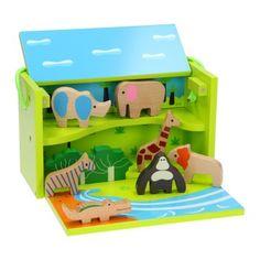 Met deze houten box in het rijk van de dierentuindieren duiken. Eerst is deze houten box nog heel onbeduidend, maar als hij geopend wordt verschijnt er een woestijnlandschap om te spelen. Nu ontbreken alleen nog olifant, leeuw etc. om leven in de brouwerij te brengen. De dieren zijn van gelakt hout en passen perfect in dit landschap. Met het handige handvat wordt deze fantastische houten box gemakkelijk vervoerd.