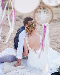 Wer will nicht mehr warten mit der Hochzeit? Einige Parra werden dieses Jahr hier ganz romantisch zu zweit heiraten und die Party danach nachholen. Der besondere Moment am Strand, am Meer, in der Sonne. Danach ein kleines Picknick und später ein Tapas Dinner zu zweit. Ruf an, wenn ihr sowas plant. Es ist wirklich ein Träumchen Foto @eloymunozphotography Hippie Chic, Girls Dresses, Flower Girl Dresses, Wedding Ceremony Decorations, Am Meer, Moment, Wedding Designs, Tapas, Wedding Dresses