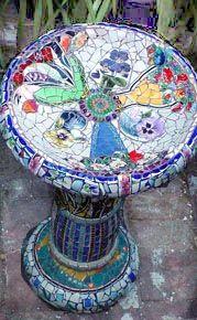awww birdies deserve the best Mosaic Birdbath, Mosaic Pots, Mosaic Birds, Mosaic Garden, Mosaic Glass, Glass Art, Stained Glass, Mosaic Art Projects, Mosaic Crafts