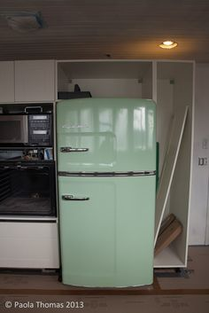 I want a vintage fridge! I hate the way they set this fridge up and where they put it