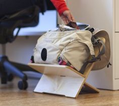 Work better from your bag with el BagPed. It's the perfect way to organize your workspace and store your bag and belongings at work while you work.
