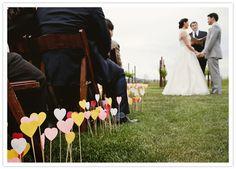 Leuk detail, deze zelfgemaakte hartjes #bruiloft #diy #decoratie