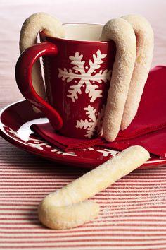 Prepara dei piccoli bastoncini zuccherati per la colazione natalizia in…