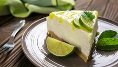 Prepare this delicious lemon cheesecake without oven and without grenetina. This recipe is very easy to prepare and has an irresistible lemon flavor. This cheesecake is super creamy and is ideal for those looking for an easy, rich and oven-free dessert. Gin And Tonic Cheesecake, Banana Cheesecake, Key Lime Cheesecake, Healthy Cheesecake, Cheesecake Cookies, Pumpkin Cheesecake, Cheesecake Decoration, Strawberry Cheesecake, Cheesecake De Oreo