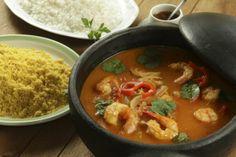 moqueca de badejo com camarão, acompanha arroz branco e farofa de dendê.