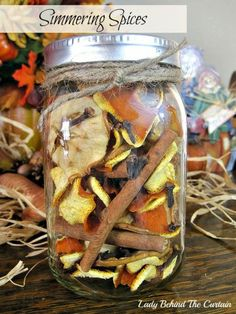 Simmering Spices Hostess Gift Recipe Ingredients 4 oranges – rind only -dried… Homemade Potpourri, Simmering Potpourri, Potpourri Recipes, Homemade Gifts, Homemade Food, Diy Food, Diy Gifts, Pot Mason, Mason Jar Gifts