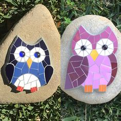 And more mosaic on rocks. This time owls! As always a lovely gift! Owl Mosaic, Mosaic Flower Pots, Mosaic Birds, Mosaic Diy, Mosaic Crafts, Mosaic Ideas, Mosaic Rocks, Stone Mosaic, Cool Ideas