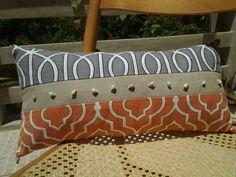 Cojin decorativo con telas graficas y caracolas de mar