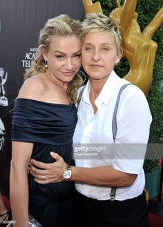 TV personality Ellen DeGeneres (R) and actress Portia de Rossi arrive at the Annual Daytime Emmy Awards at The Orpheum Theatre on August 2009 in Los Angeles, California. Ellen Degeneres And Portia, Ellen And Portia, Kiss Beauty, Pure Beauty, Blond, Lesbian Love, Lesbian Quotes, Portia De Rossi, Beautiful Gorgeous