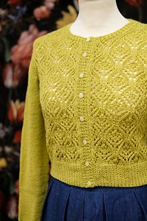 """""""Balada"""" means slow music in Portuguese and the name is perfect for this cropped, lacy and vintage-inspired cardigan. I always imagine it dressed over a dress while slow dancing in a moonlight garden party. Vintage Knitting, Lace Knitting, Knitting Stitches, Crochet Lace, Sweater Knitting Patterns, Knitting Designs, Knit Patterns, Ravelry, Cardigan Design"""