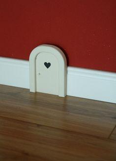 Das besondere etwas für Ihr Zuhause, für Groß und Klein-  Kleine weiße Mäusetür oder Elfentür für das Kinderzimmer, den Flur, die Küche, das Treppe...