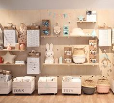 ¿Cómo elegir el mobiliario de mi tienda Did you know that product placement is a part of visual merchandising? Baby Store Display, Store Displays, Boutique Deco, Kids Boutique, Shop Interior Design, Retail Design, Party Deco, Toys Shop, Kids Toy Shop