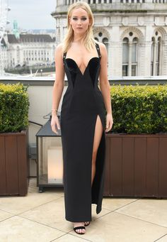 Jennifer Lawrence looks exactly like Elizabeth Hurley in this iconic black gown. Elizabeth Hurley, Le Style Jennifer Lawrence, Jennifer Lawrence Red Sparrow, Vestidos Versace, Jennifer Laurence, Versace Dress, Glamour, Night Looks, Red Carpet Fashion