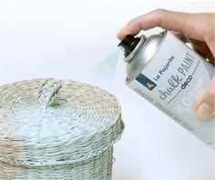 La pintura Chalk Paint en formato Spray. Pintura al agua en spray efecto tiza de acabado ultramate. Pinta de forma rápida todo tipo de superficies. Indeleble una vez seco, muy adherente e inodoro.  Para aplicar la pintura Chalk Paint en superficies difíciles y complicadas de forma cómoda y rápida sin necesidad de imprimación.  Resultado uniforme en superficies de difícil aplicación. Consigue pintar formas complejas y recobecos.