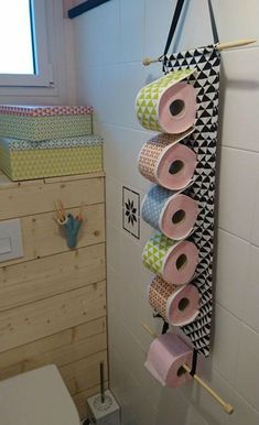 Easily and inexpensively make an original toilet paper dispenser with this tutorial! - Easily and inexpensively make an original toilet paper dispenser with this tutorial! Toilet Paper Dispenser, Toilet Paper Roll Holder, Toilet Paper Roll Crafts, Pop Couture, Couture Sewing, Couture Fashion, How To Make Toilet Roll Holder, Toilet Decoration, African Crafts