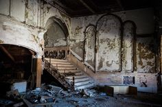 In Detroit, the historical Eastown Theatre served since 1931 as cinema, concerthall and church. 2500 could be seated. It has been abandoned since AFP / Andrew Burton. This picture reminds me of so many post-apocalyptic films, games and novels. Abandoned Buildings, Abandoned Places, Dream Home Design, House Design, Theatre Architecture, Pocono Mountains, Theater Seating, Grand Designs, Home Wallpaper