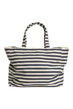 Shopper a righe: Shopper a righe in tessuto di cotone. Due manici e cerniera in alto. Una tasca interna. Fodera in twill. Misure 19x35x42 cm.
