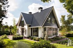 Is dit uw droomvilla? Dj House, House Roof, European Style Homes, European House, Modern Residential Architecture, Victoria House, Classic House, House Goals, Beautiful Homes