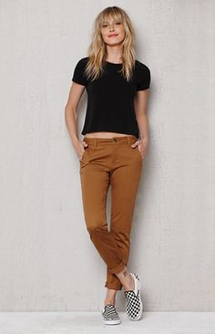 Online Only! The Ducky Tan Skinny Chino Pants supply a versatile and casual style. They offer a comfy mid-rise fit and super stretch fabrication, finished in a brown wash. FIT + SIZING Chino pants Mid-rise 8'' rise 28.75'' inseam Skinniest fit Can be worn rolled or unrolled FABRICATION + CARE Brown wash Button closure, zip fly Super stretch fabric Two front slant pockets, two back welt pockets 98% cotton, 2% spandex Machine washable MEASUREMENTS Model is ...