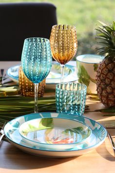 L'été, on aime les motifs tropicaux de la vaisselle Paradiso ! Des jolis couleurs pour un parfait été !  #tropical #vaisselle Motif Tropical, Wild Nature, Motifs, Parfait, Flute, Champagne, Table Decorations, Tableware, Inspiration