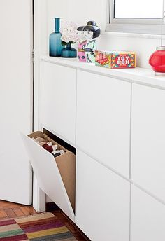 Embaixo da janela do closet deu para instalar a sapateira revestida de laminado. Com 18 cm de profundidade, é suficiente para pôr os sapatos em pé nas gavetas basculantes de 65 x 42 cm cada uma