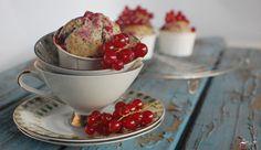 Johannisbeer Mohn Muffins  http://sweetpie.de/2014/07/23/johannisbeer-mohn-muffins-gastbeitrag-im-kuriositatenladen/
