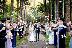 O jardim rodeado de palmeiras da Fazenda Vila Rica foi palco para a cerimônia de Mariana e Fabiano. A decisão de casar fora da cidade da São Paulo teve um