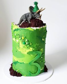 🦕💚 Disco Dino sure is a popular guy! This time he's Dinasour Birthday Cake, 25th Birthday Cakes, Dinosaur Birthday Party, 3rd Birthday Parties, Dinosaur Cake Tutorial, Bolo Chanel, Dino Cake, Superhero Cake, The Good Dinosaur