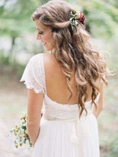 Loose wavy bridal hair: http://www.stylemepretty.com/2015/01/22/rustic-outdoor-geogia-wedding/   Photography: Laura Gordon - http://www.lauragordonphotography.com/