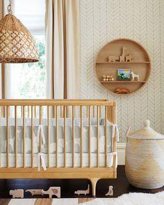 tapeten kinderzimmer babybett aufbewahrungskorb wandregale