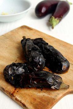 Babaganoush receita original da culinária Árabe. Pasta de berinjela assada, com tahine e um sabor delicioso de defumado Vegetarian Recipes, Snack Recipes, Cooking Recipes, Healthy Recipes, Snacks, Arabian Food, Baba Ganoush, Chutney, Tahini