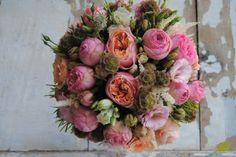 Ramo de novia en tonos melocotón y rosa con rosas de jadín. Mayula Flores