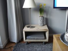 Kastje gemaakt van steigerhout voor DVD speler.