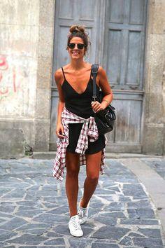 Aposte no vestido preto com camisa xadrez.