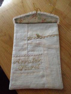 Bolsa hecha con lino y decorada con puntillas para tus prendas especiales .