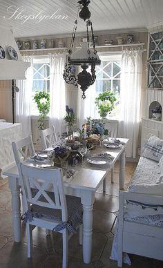 21 Trendy shabby chic kitchen ideas farmhouse light fixtures - All For Decoration Shabby Chic Dining Room, Dining Room Table Decor, Country Dining Rooms, Shabby Chic Cottage, Cottage Style, Shabby Chic Kitchen Cabinets, Table Bench, Country Kitchen, Farmhouse Style
