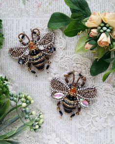 А у меня тут пара прекрасных пчелок  скоро улетят радовать своих хозяек  Под заказ ☝ #брошьручнойработы #брошьказань #авторскаяброшь #брошьнасекомое #насекомое #пчелка #брошьпчела #стильно #тренд #пчелагуччи #тренд2018 #подарок #8марта #фотосессия #handmade #handworks #brooches #assecories